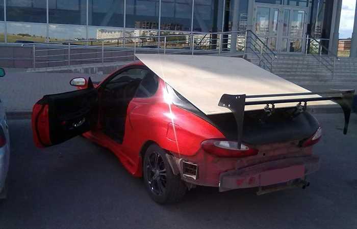 Зображення, що містить червоний, надворі, транспорт, автомобіль  Автоматично згенерований опис